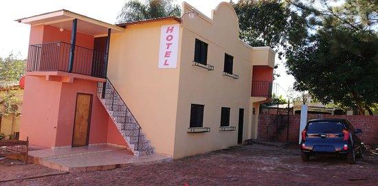 Itapua Department, باراجواي: Apart Hotel Kressburgo Cuenta con Habitaciones confortables, Aire Acondicionados, TV Cable, WiFI Free, Estacionamiento