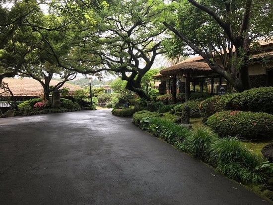 Lovely gardens but overstated accomodation