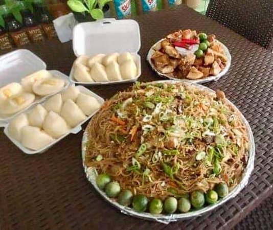 The Science City of Munoz, ฟิลิปปินส์: Mixed pansit with puto and lechon kawali