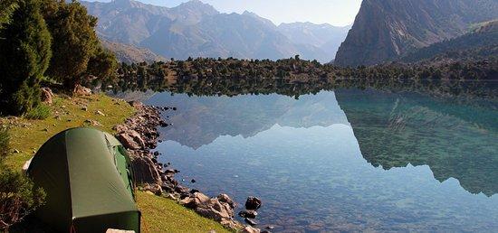 Ayni, طاجيكستان: Озеро ИСКАНДЕРКУЛЬ - находиться в 130 км от г.Душанбе. Название ОЗЕРА ИСКАНДЕРКУЛЬ истекает от имени Александра Македонского, следовательно, имеет связанные с ним легенды. Озеро расположено на высоте 2195 м. над уровнем моря. Общая площадь водной поверхности составляет 3,4 км².