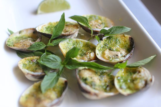 Le Rendez Vous: clams with garlic and butter