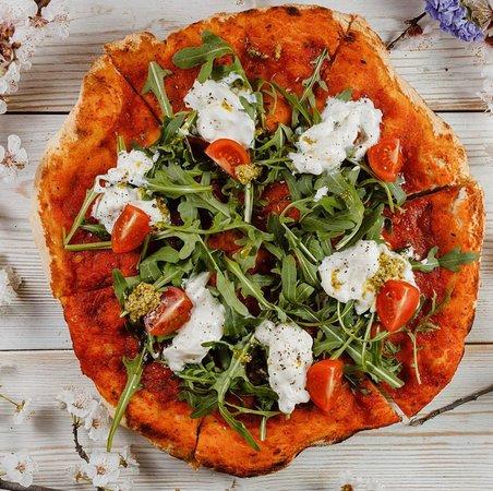 Пицца с сыром страчателла и томатами