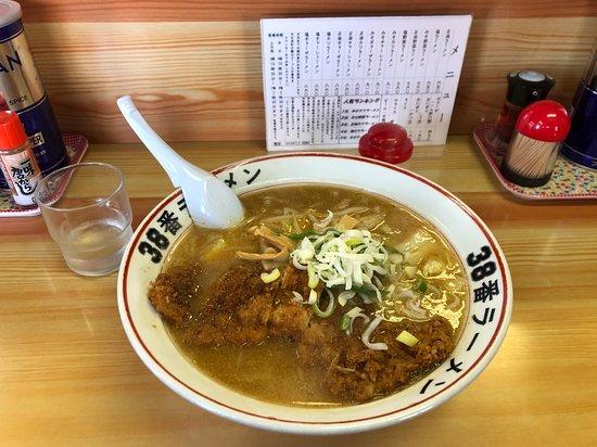 Shiranuka-cho, Japon : みそカツラーメン。トンカツ大きいです。 メニューは連休仕様になっているようでした。