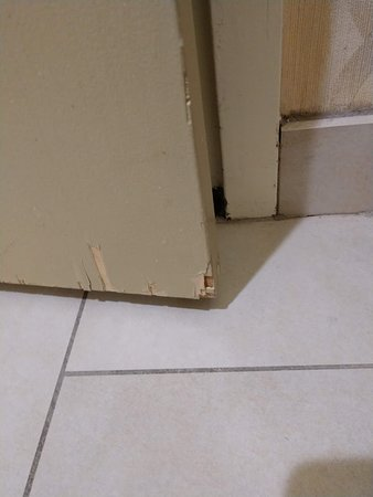 Crowne Plaza St Louis Airport: Bathroom door in need of repair
