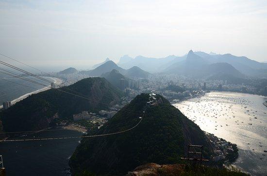 Pao De Acucar: Pohled z vrcholu Pao de Acúcar na Rio de Janeiro a Corcovado se sochou Cristo Redentor je fantastický, když se vodní hladina zátoky Guanabara leskne při zapadajícím slunci...
