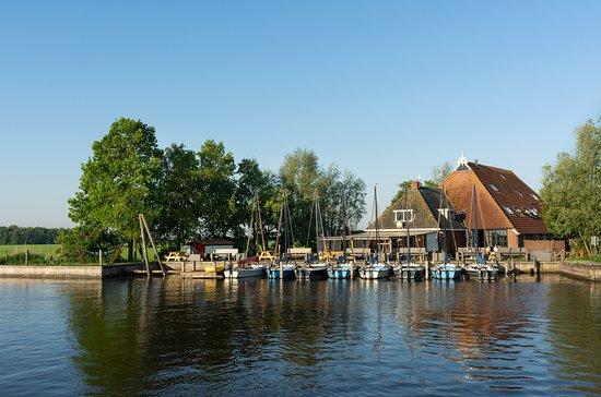 Broek, Nederland: Boerderij met terras aan het water