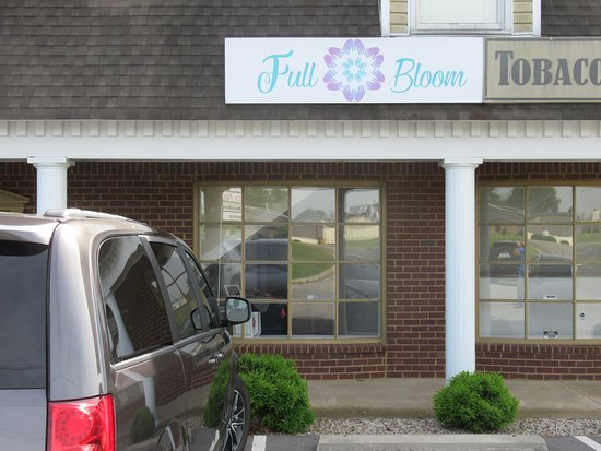 Bardstown, KY: Front of spa in a small row of shops.