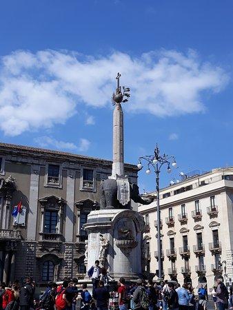 Piazza Duomo e Fontana dell'Elefante