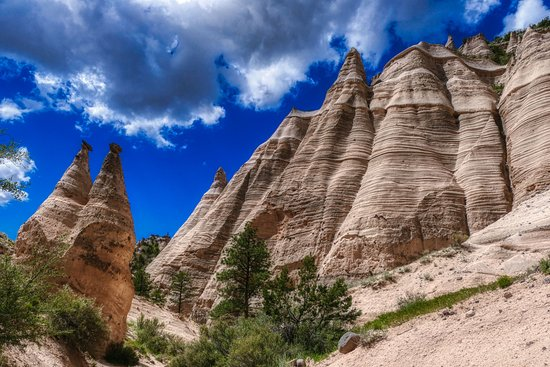 Cochiti Pueblo, Nouveau-Mexique : Tent rocks next to a wall that is gradually becoming more tent rocks
