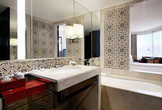 Grand Hyatt Erawan Bangkok: Bathroom