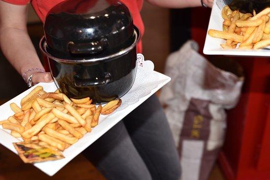 Restaurant la Grande Cote: L'une de spécialités ! Les Moules frites à déguster de préférence à la pleine saison !
