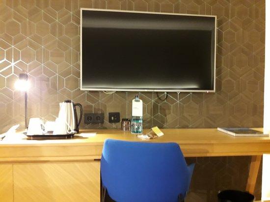 escritorio y televisión.