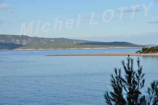 Une autre vue d'un belvédère permet de contempler la plage de la Corne d'or (Zlatni Rat) encore dans l'ombre et déserte à cette heure matinale