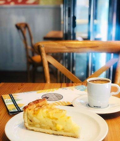 Tarta de manzana y cafe cortado