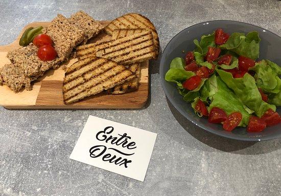 Valenton, فرنسا: ~ Sur le pouce : tartinade de campagne au fromage de brebis, pain et salade d'accompagnement