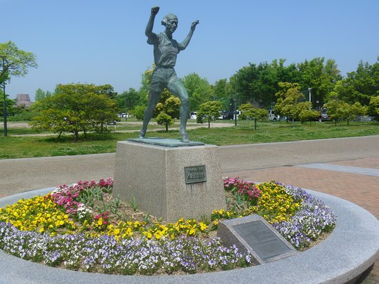 Statue of Kinue Hitomi
