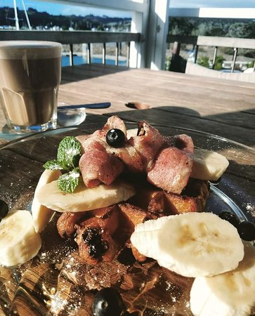 Sandspit, Новая Зеландия: Bacon and Banana Chocolate Chip Belgium Waffles with Blueberries and Maple syrup