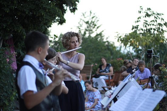 "Алупка: Ансамбль флейт ""Академия радости"" (руководитель Ланда А. Е., конц. Ланда М. Е.)"