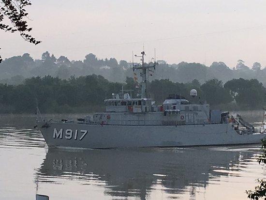 Le Pellerin, Франция: Devant la bouée Paradis, passage d'un dragueur de mines de la Marine Belge 🇧🇪 le M917 !