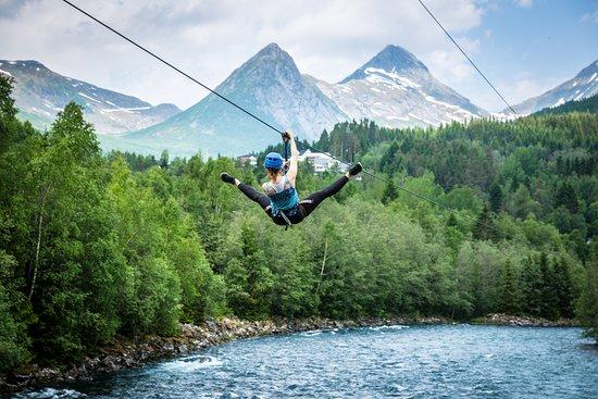 Valldal, Noorwegen: Zip-line over elva Valldøla
