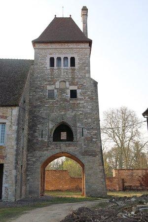 Saint-Ambreuil, Francja: Saint Ambreuil : Restauration de l'ancienne abbaye de la Ferté et des communs du château