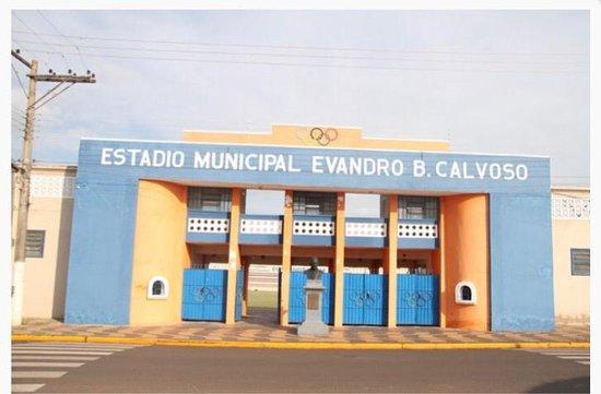 """Andradina: Em 2015, o """"Príncipe da Noroeste"""", assim como é chamado o Estádio Municipal Evandro B. Calvoso, foi totalmente recuperado, desde as arquibancadas que ganharam novas coberturas, a iluminação, vestiário, gramado, acessibilidade e demais itens."""