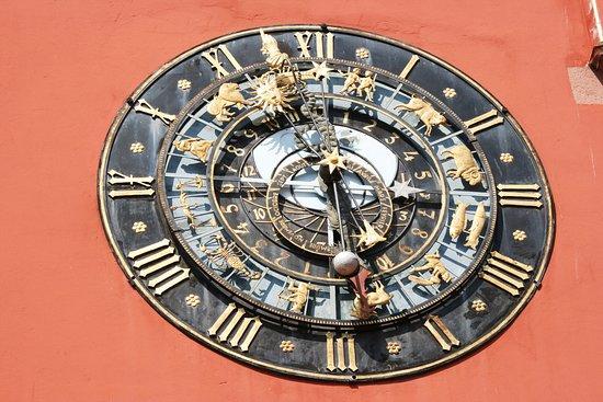 Sur la façade de l'Office de Tourisme se trouve une splendide horloge astronomique, arrêtez vous un moment pour la contempler !