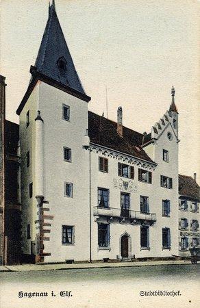 Ancienne carte postale représentant la chancellerie avant qu'elle soit repeinte en rouge.  Copyright : haguenauavant
