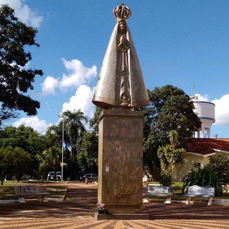 Andradina: Dois grandes monumentos foram doados por Adélio Sarro para a comunidade católica e estão localizados na praça da paróquia São Sebastião