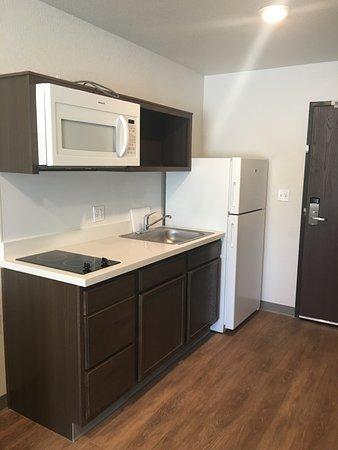 Large rooms offering kitchenette, Full size fridge, microwave   – na slici je WoodSpring Suites Orlando International Drive, Orlando - Tripadvisor