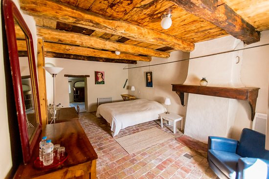 Chateauneuf-Miravail, Francia: bedroom La Fontaine dates from 1739 !