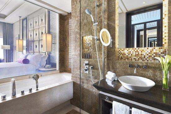 Al Bustan Palace A Ritz-Carlton Hotel: Guest room