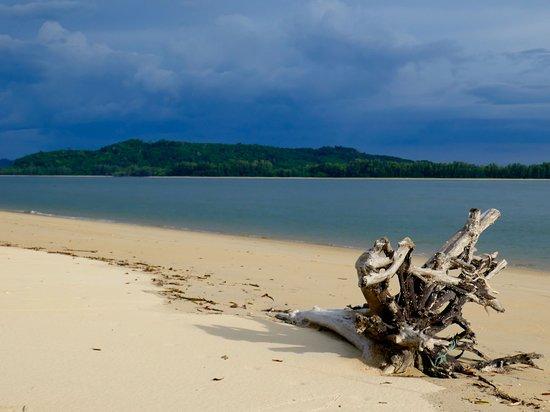 เกาะพระทอง, ไทย: Ein wilder Küstenstreifen, menschenleerer Strand. Robinson-Feeling auf Koh Phra Thong, einer Insel in der Andamanensee. Dort, bei den Moken, habe ich zwischen Savanne und Mangrovenwäldern ein ganz anderes Thailand kennengelernt. Drei Tage habe ich in Tung Dap, einem Dorf der ehemaligen Seenomaden, verbracht.  https://www.groovyplanet.de/oekotourismus-thailand-homestay-koh-phra-thong/