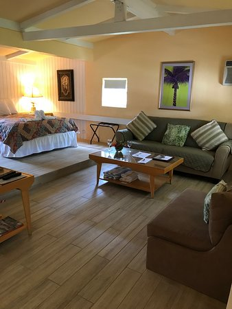 COTTAGES # 7 LIVING ROOM WITH QUEEN SIZE LOFT OPEN BEDROOM