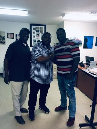 Glendora, MS: From Tyler Perry's House of Payne comes Lavan Davis to visit the E.T.H.I.C Museum. On his left is the curator Prentiss Williams and on his right is Mayor Johnny Thomas.