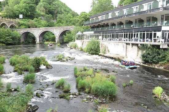 The Chainbridge Hotel: Beautiful setting by the Dee river