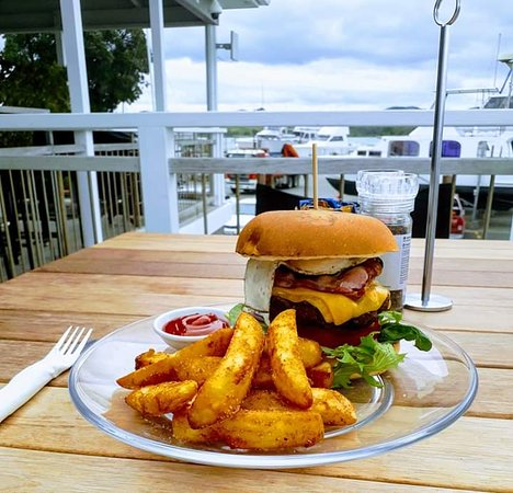 Sandspit, Новая Зеландия: 100% Angus 220g homemade beef patty, double bacon, double cheese, lettuce, Tom, onion, relish & aioli on a toasted brioche bun w thick fries