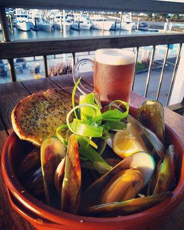 Sandspit, Новая Зеландия: NZ Fresh Green Lipped Mussels steamed in white wine and garlic broth with garlic dipping bread