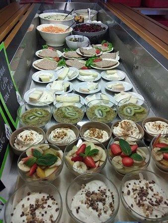 Agencourt, Francia: Buffet d'entrées, de fromages et de desserts