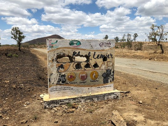 Antsiranana Province, Madagaskar: Sign along the main road. The sign is not in good condition any more, but the lodge is perfect!