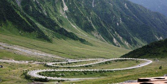 Tskhinvali, Gruzja: Южная Осетия (Цхинвал), дорога к южному порталу Рокского тоннеля...