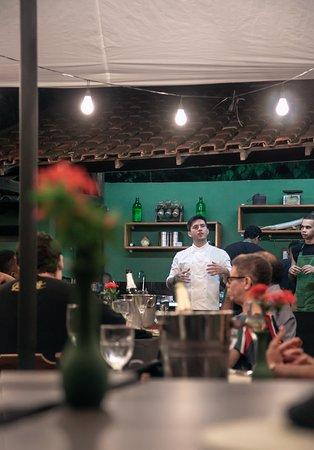 Cozinha sem barreiras e o chef contando tudo sobre os pratos que são servidos durante a experiência