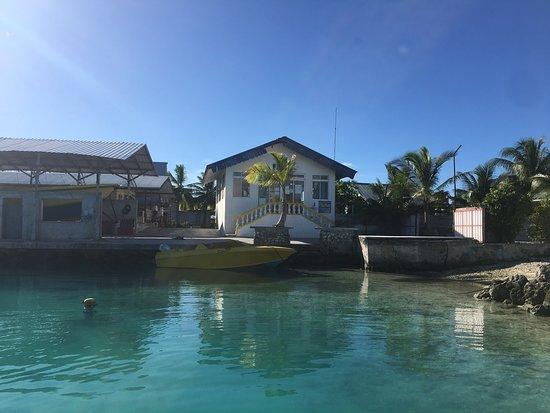 Makemo, بولينيزيا الفرنسية: Un magnifique atoll, la partie «visitable» se limite essentiellement au Village et la portion entre le village et l'aérodrome. N'hésitez à demander au pêcheurs de vous emmener pour une belle journée de pêche.