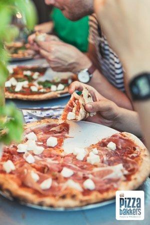 Pizza Prosciutto;  tomaat, mozzarella, 12 maanden gerijpte prosciutto Gran Sasso uit de Abruzzo, en natuurlijk de buffel mozzarella