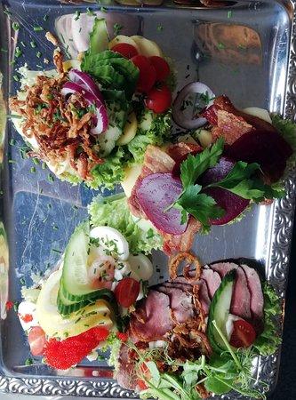 Panorama Food and Wine: Fire stykker smørrebrød; Kartoffelmad, Stegt flæsk, Æg og rejer samt Oksefilet.