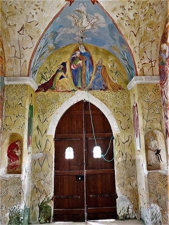 Une église et à proximité, une chapelle peinte, l'ensemble mérite une visite, et pour cela, il faut contacter la mairie