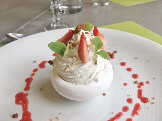 Pavlova à la fraise, crème fouettée et morceaux de fraises