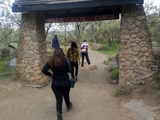 Naivasha, Κένυα: taking a walk with clients at the Hells Gate Gorge