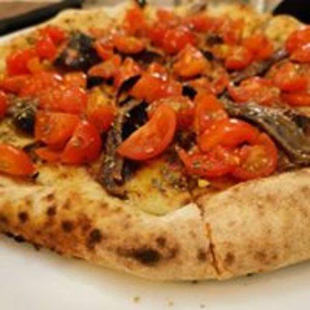 Pizza con acciughe di Balistreri Michelangelo e ciliegino