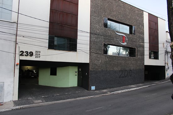 Vista da entrada do estabelecimento para pedestres e garagem.
